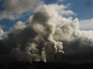 Запорожцы делятся в сети снимками грязного неба над городом (Фото)