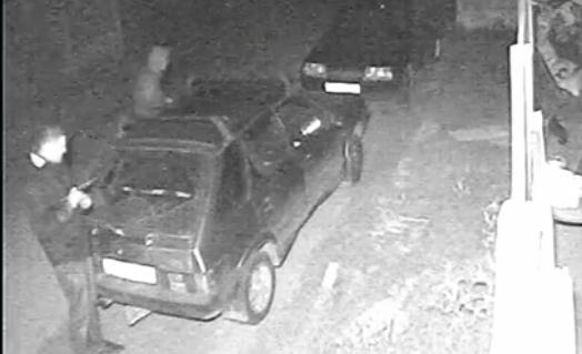 Двое неизвестных в Запорожье повредили автомобили: владелец просит опознать хулиганов (Видео)