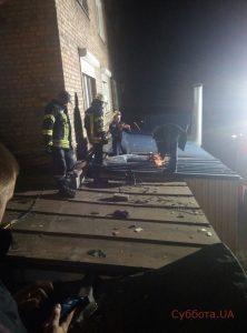 У Запоріжжі пенсіонер випав з вікна 7-го поверху на дах супермаркету (фото)