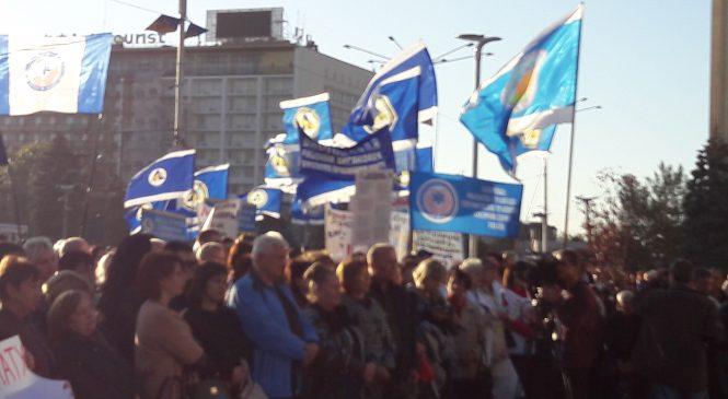 У Запоріжжі профспілки під стінами ОДА вимагали мінімальну зарплату у 8 тисяч гривень — ФОТОРЕПОРТАЖ, відео