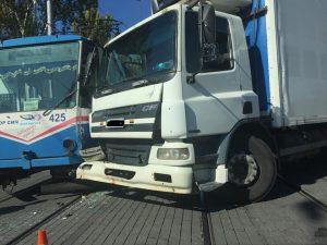 У Запоріжжі трамвай потрапив у ДТП: його протаранила вантажівка