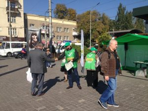 У Запоріжжі депутат облради роздає на вулицях запрошення на президентські праймеріз