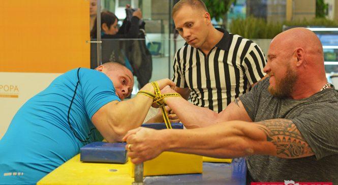 В Запорожском торговом центре жали штангу и боролись на руках