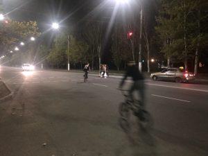 У Запорізькій області підлітки катаються на велосипедах по дорогах з пожвавленим рухом (відео)
