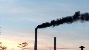 «Дишите глубже»: жители Запорожской области зафиксировали черный дым из трубы станции (Видео)