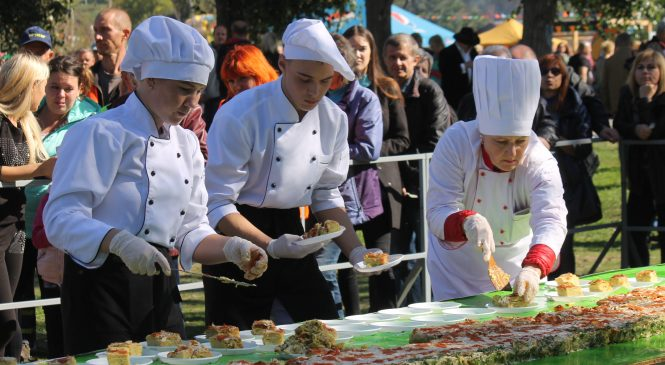 27 метров запеканки: в Запорожье на Покровской ярмарке установили кулинарный рекорд, – ФОТОРЕПОРТАЖ