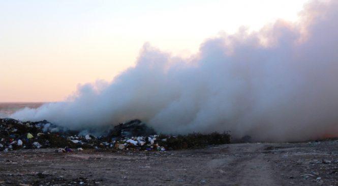 В Запорожской области второй день горит свалка: люди жалуются на неприятный запах дыма, першение в горле и носу, головные боли (Фото)