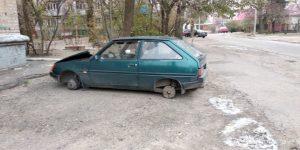 Фотофакт: у Запорізькій області невідомі зняли колеса з автівки