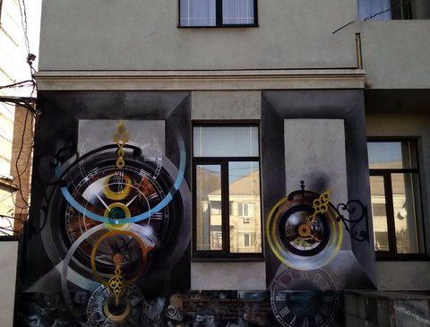 Фотофакт: стену одного из домов в Александровском районе Запорожья украсили огромными часами