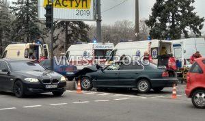 У Запоріжжі серйозна ДТП з БМВ та мікроатобусом: на місці пригоди три «швидкі» (фото)