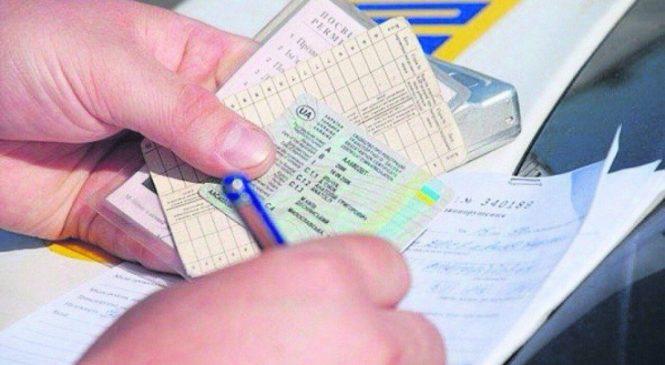 У Запоріжжі чоловіки зізналися патрульним, що купили права на авто