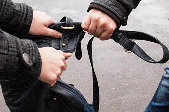 У Запоріжжі молодик пограбував дівчину просто посерд вулиці
