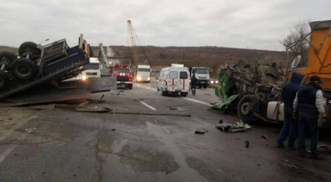 На ремонтируемом участке трассы под Запорожьем столкнулись два грузовика: пострадал водитель одной из фур (Фото)