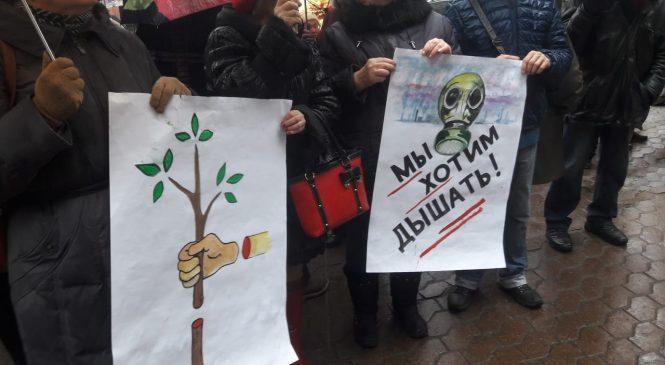 «Мы хотим дышать», «Виновного в экоциде — судить» — главного областного чиновника-эколога под судом ждал митинг (ФОТО)