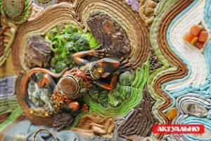 Кожа, камни и душа художника: В галерее Art L открылась необычная выставка