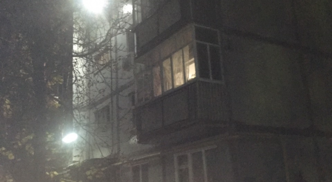 В Запорожской области женщина после семейной ссоры пыталась через балкон залезть к соседям и упала с 5 этажа (Фото)