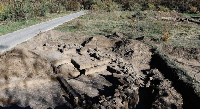 Останки скифа и лошади, пачка сигарет TU-134: в Запорожье на Хортице археологи нашли два скифских захоронения (Фото)