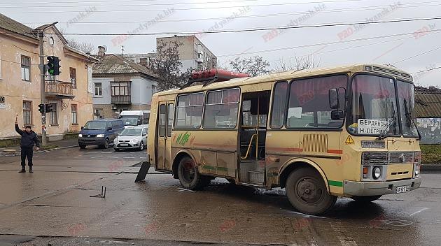 В Запорожской области на пешеходном переходе автобус сбил женщину: пострадавшую госпитализировали (Фото)