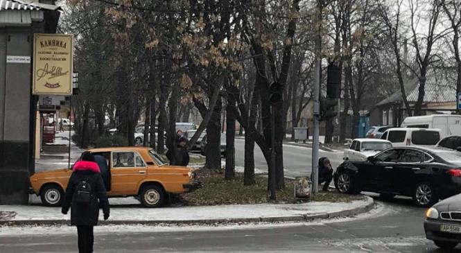 ДТП в Александровском районе Запорожья: легковушку откинуло на тротуар (Фото)