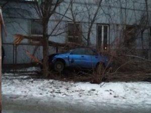 В Шевченковском районе Запорожья автомобиль слетел с проезжей части: водителю стало плохо (Фото)