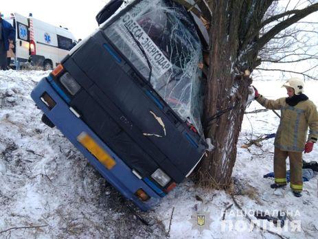 Автобус, который вез пассажиров в Запорожскую область, слетел с трассы: пострадало несколько человек (Фото)