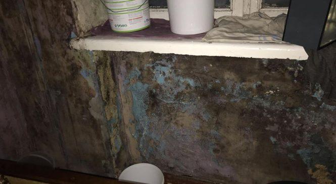 Фотофакт: жители семейного общежития в центре Запорожья продолжают дышать сыростью и боятся очередного дождя