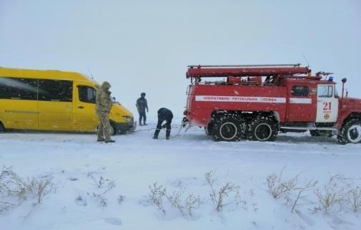 Пассажирский автобус «Бердянск-Запорожье» застрял в снежном заносе (Фото)