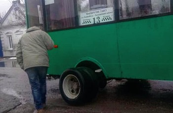 В Запорізькій області маршрутка під час руху «загубила» колесо