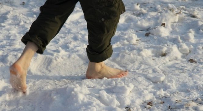 Босиком по снегу: жители Запорожской области передают друг другу зимнюю эстафету (Фото, видео)