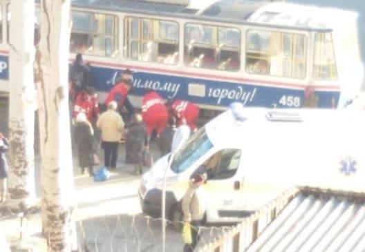 В Запорожье трамвай сбил 50 летнюю-женщину: пострадавшую госпитализировали (Фото)