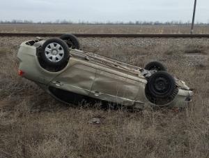 В Запорожской области иномарка, объезжая ямы, вылетела в кювет и перевернулась (Фото)