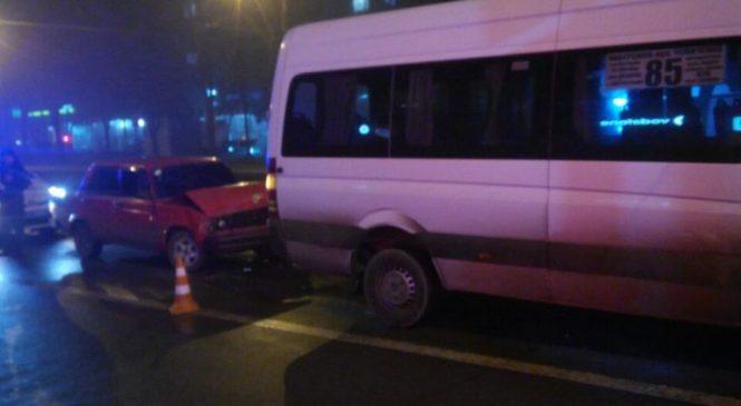 В Запорожье в ДТП попали ВАЗ и маршрутка (Фото)