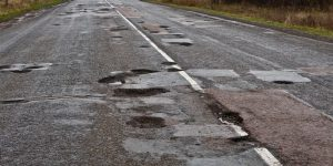 Одна из худших дорог Запорожской области: журналисты канала «Украина» на трассе «Васильевка-Бердянск» провели эксперимент (Видео)