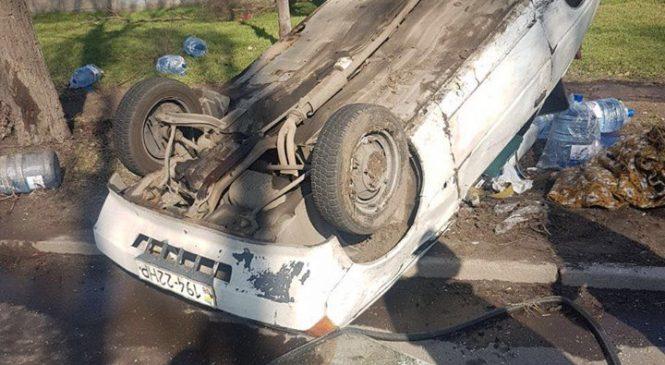 В Заводском районе Запорожья в результате ДТП автомобиль перевернулся на крышу: пострадала пассажирка (Фото, видео)