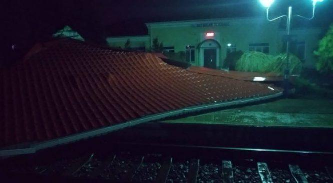 В Токмаке порыв ветра сорвал крышу и забросил ее на железнодорожный путь