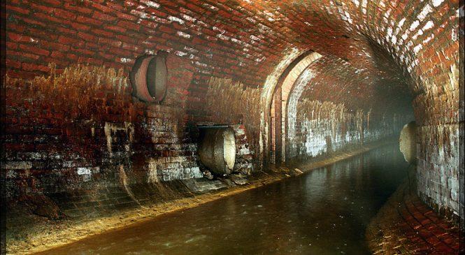 Як у Мелітополі міняють каналізаційний колектор (фото)