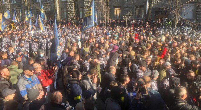 Сегодня в Киеве протестующие под флагами «Нацкорпуса» и «Нацдружин» прорвались на Банковую. Произошли стычки с правоохранителями (ВИДЕО)