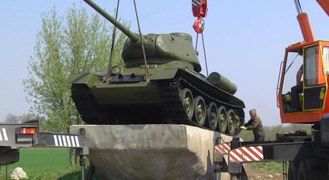 В Запорожье «отремонтировали» танк-памятник для Вольнянска