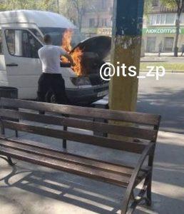 Соцсеть: в Запорожье загорелась маршрутка