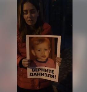 Похищенного в Запорожье ребенка прячут в здании Посольства Дании: мама пятый день ночует под зданием и пытается вернуть своего сына (Фото, видео)