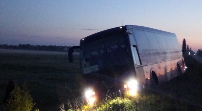 Пассажирский автобус Киев — Запорожье слетел в кювет: пассажир подозревает, что водитель уснул (ФОТО)